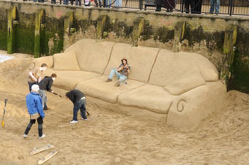 Самый большой диван из песка в мире
